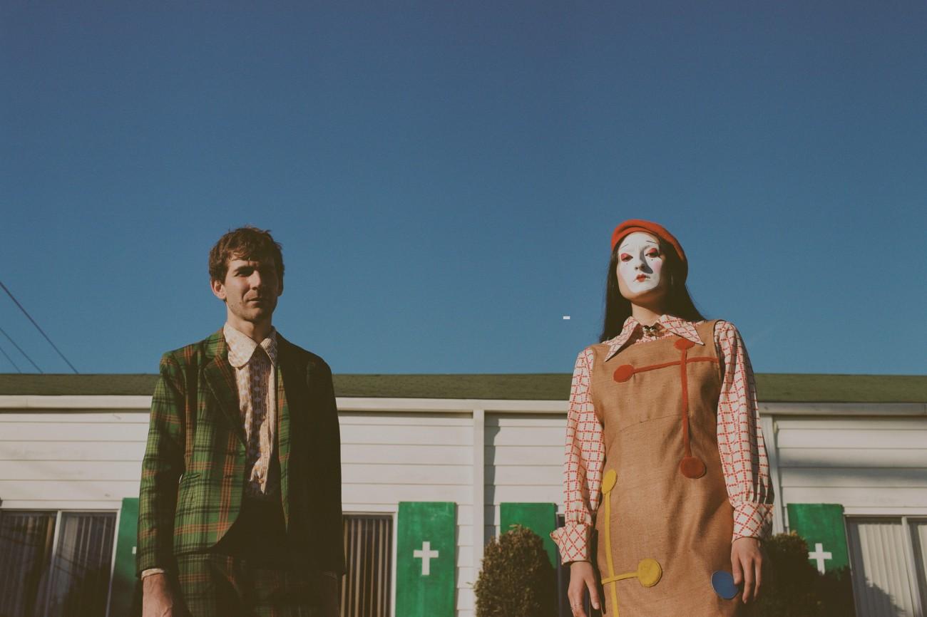 Midnight Sister: El peculiar duo formado por la estrambótica e imaginativa Juliana Giraffe y el multinstrumentista y productor Ari Balouzian