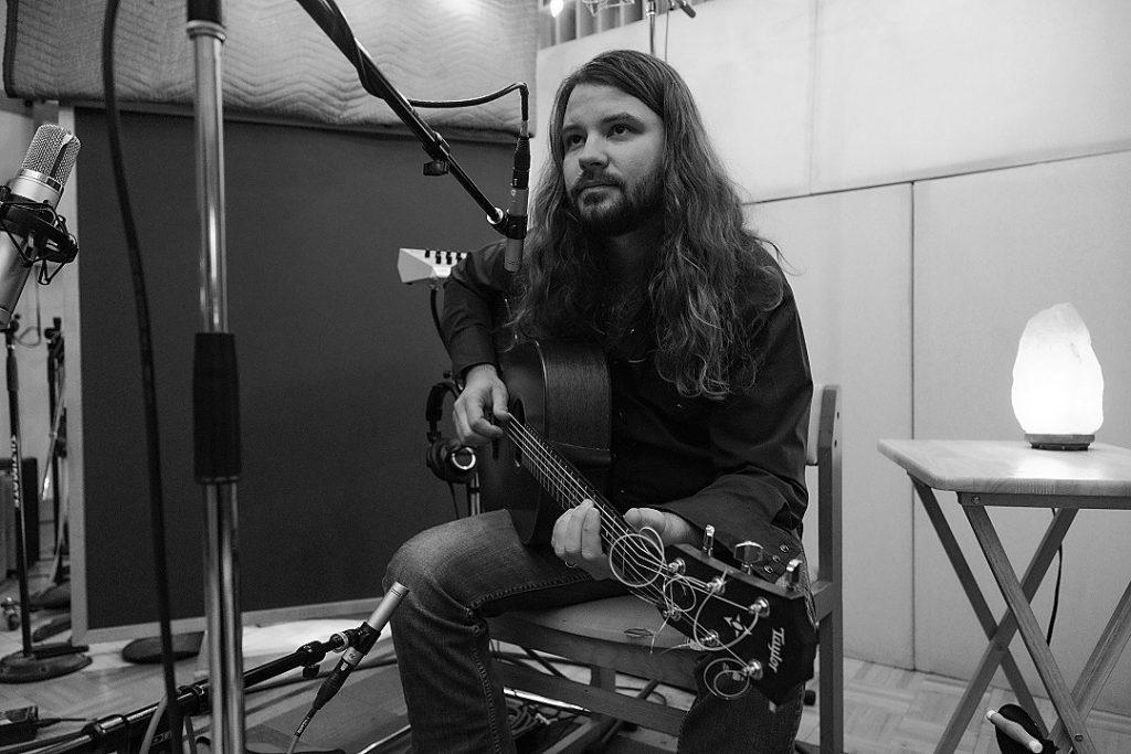 Cobb firma su mejor disco. El más bonito y coherente. Su voz deslumbra y está arropada a la perfección por sutiles guitarras, mandolinas y banjos, y pianos juguetones… Y Nikki Lane …