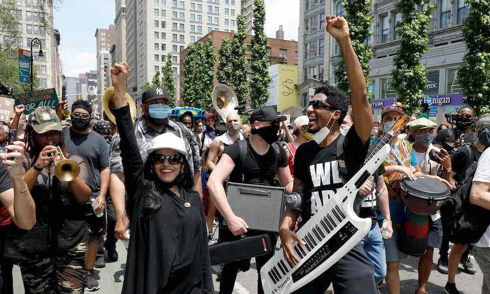 Jon Batiste en New York, dirigiendo una banda que animó al público en las jornadas de protesta Black Lives Matter por la muerte de George Floyd.