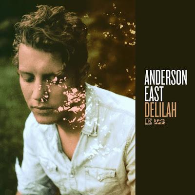 Anderson East entrega en «Delilah» un chocolate nada puro, mezclado con leche y aderezado con almendras, un chocolate que sin llegar a la pureza de antaño consigue derretirse en nuestro paladar y hacernos tremendamente felices.