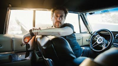 El rock clásico americano luce en la voz de Hoge, en su guitarra exquisita, en sus historias cotidianas. Excelente.