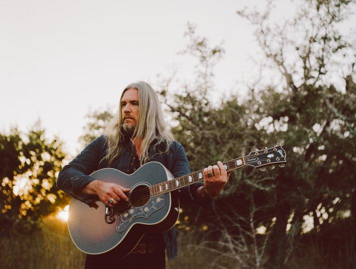 Israel Nash es poseído por el espíritu de Neil Young en su nuevo disco, Topaz, una obra maestra de nuestros días.