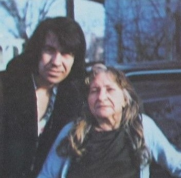 Link Wray posa orgulloso con su madre.
