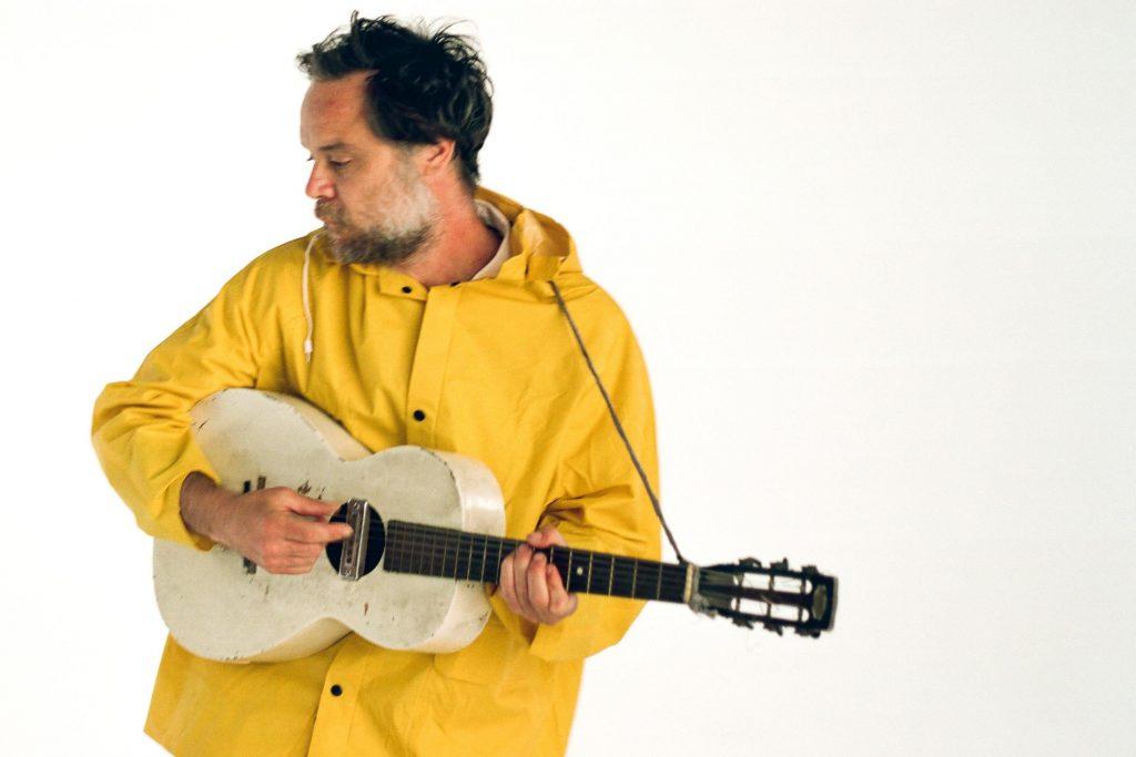 """Rodrigo Amarante entrega en """"Drama"""" una colección de bellísimas melodías con sonidos que van del jazz al folk, algo de bossa y tímidos ritmos de samba para hablarnos de amor y pasión."""